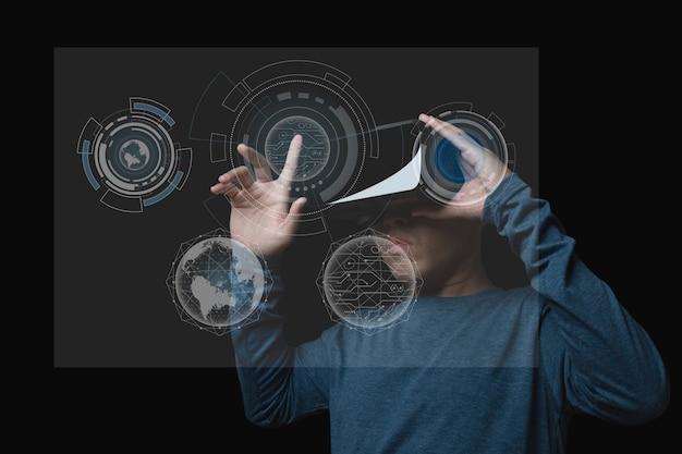Молодой человек с помощью гарнитуры виртуальной реальности. vr, будущее, технологии онлайн цифровые высокотехнологичные технологии дизайн. концепция инновации.