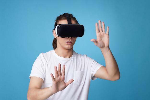 Молодой человек с помощью гарнитуры виртуальной реальности. vr-гаджеты