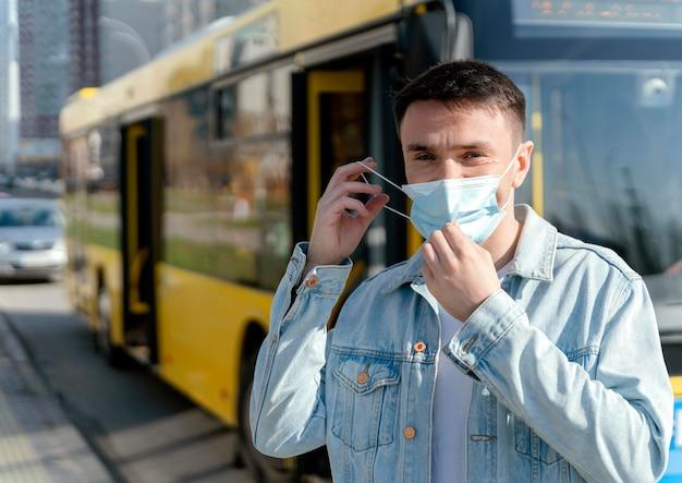 시내 버스를 기다리는 젊은 남자