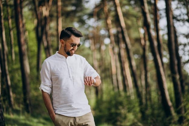 공원에서 혼자 걷는 젊은 남자