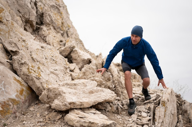 自然の中で岩を歩く若い男