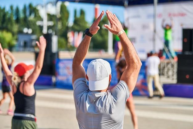 マラソンを実行する前にウォーミングアップする若い男