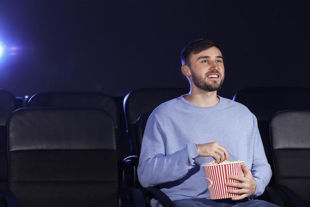 영화관에서 영화를 보는 청년