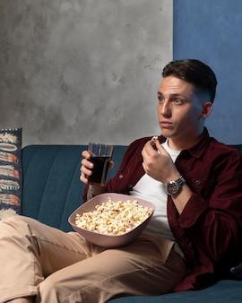Giovane che guarda il servizio di streaming a casa