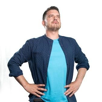 파란색 옷을 입고 젊은 남자. 자신감을 찾고 있습니다.