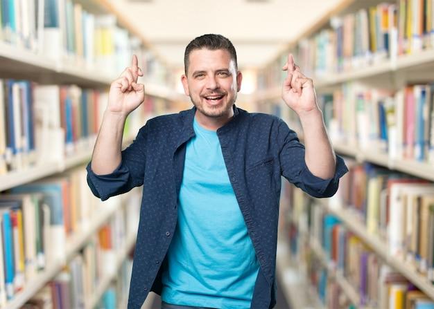 青い服を着ている若い男。両方fingeresの開発業務受託機関(cro)で笑顔
