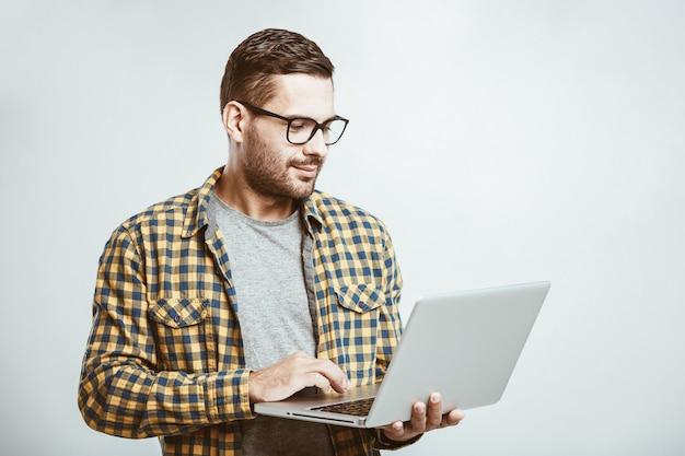 カジュアルなシャツと眼鏡を着ている若い男