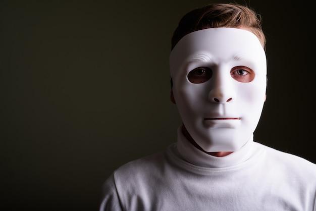 신비한 흰색 마스크를 쓰고 젊은 남자