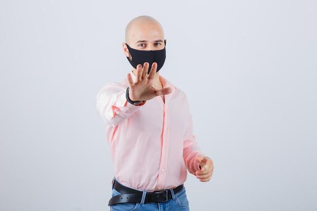 얼굴 보호 마스크를 쓰고 젊은 남자