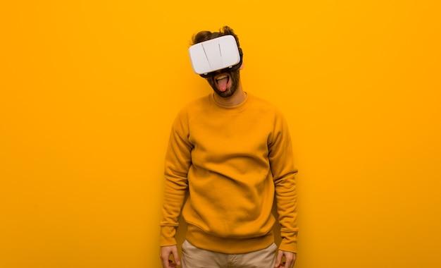 仮想現実の眼鏡をかけている若い男