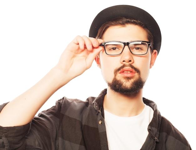 검은 모자를 쓰고 젊은 남자. 스튜디오 흰색에 쐈 어.