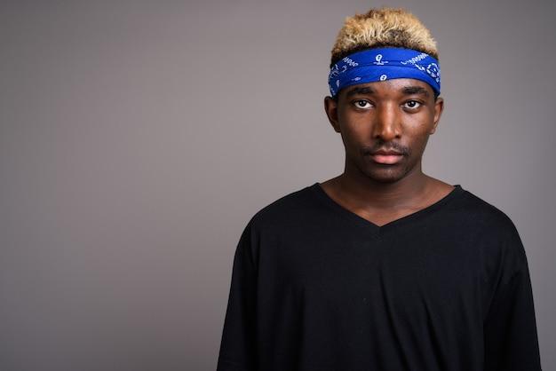 Молодой человек в синем бандане в качестве повязки на голову