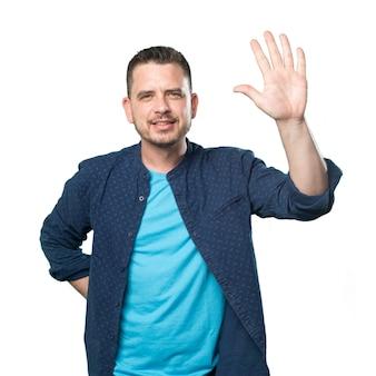 Giovane uomo che indossa un vestito blu. fare cinque il numero gesto.