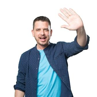 Giovane uomo che indossa un vestito blu. gesto di saluto.