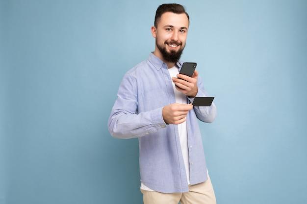 カジュアルな青いシャツと白いtシャツを着ている若い男
