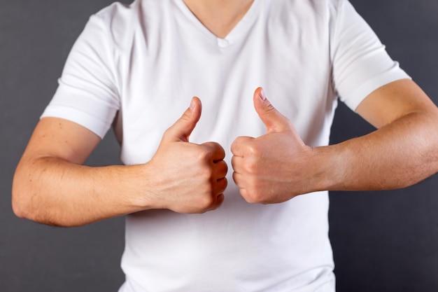 고립 된 캐주얼 흰색 tshirt 입고 젊은 남자