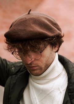 Giovane uomo che indossa un cappello francese