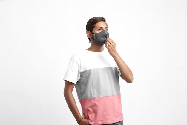 Молодой человек в маске. концепция защиты от вируса короны или covid19.