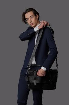 해군 양복과 비즈니스 검은 가방을 입고 젊은 남자