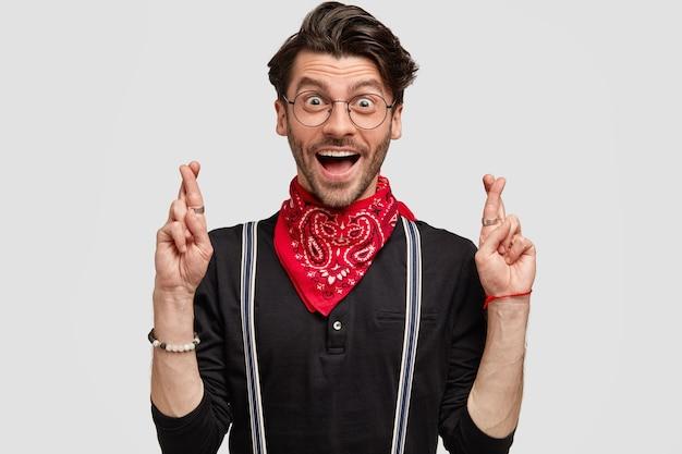 Giovane uomo che indossa bandana rossa e camicia nera