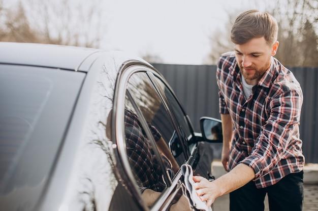 男はガレージで車を磨く | 無料の写真