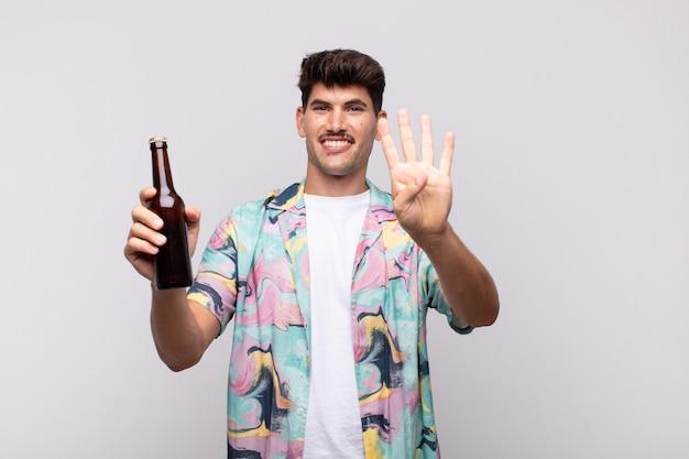 미소하고 친절하게 보이는 맥주를 가진 젊은 남자, 앞으로 손으로 4 번 또는 4 번을 보여주는 카운트 다운