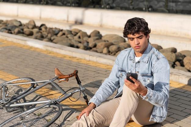 야외에서 자전거와 함께 젊은 남자
