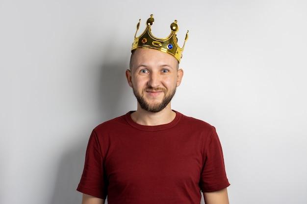 Молодой человек с короной на голове изолированные
