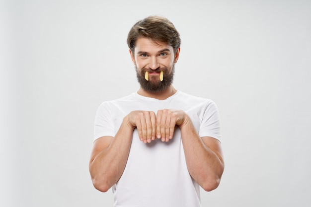 Молодой человек с сочным гамбургером в руках, мужчина ест гамбургер