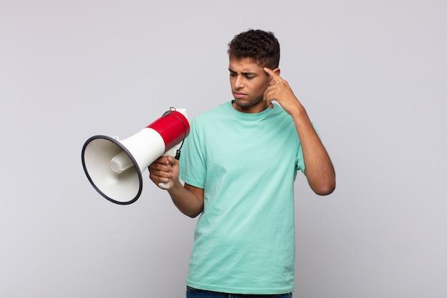 메가폰이 혼란스럽고 당혹스러워서 당신이 미쳤거나 미쳤거나 정신이 나갔음을 보여주는 청년