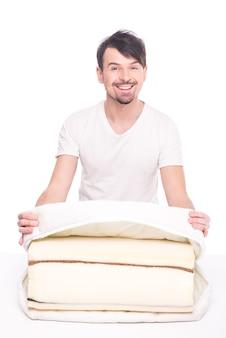 코코넛 섬유로 만든 좋은 매트리스와 젊은 남자.