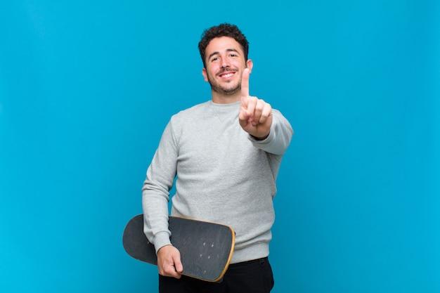 Молодой человек с доской для скейтбординга
