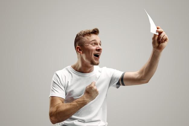 Молодой человек с удивленным выражением лица выиграл пари