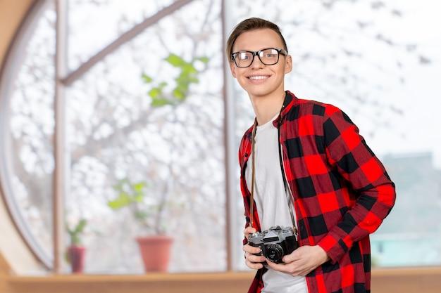 ヴィンテージカメラを持つ若い男