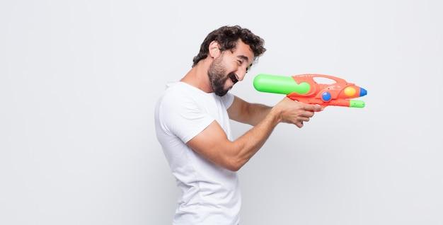 Молодой человек с водяным пистолетом