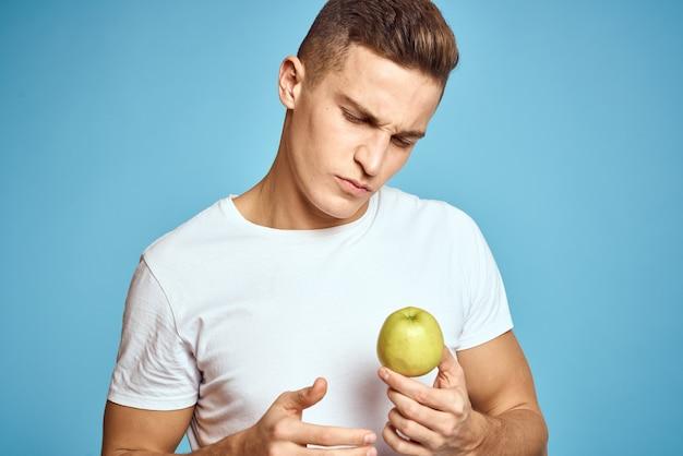 彼の手でリンゴと若い男