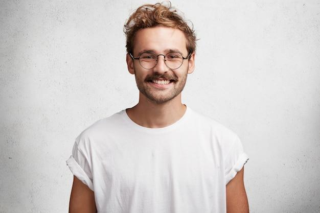 ひげと丸いメガネの若い男