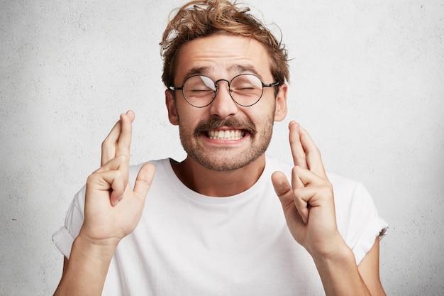 Молодой человек с бородой и круглыми очками