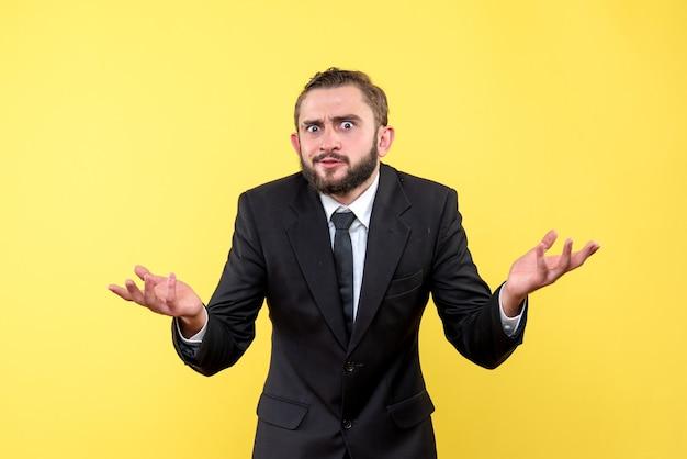 Giovane uomo con barba e baffi cercando di ottenere risposte alle sue domande su giallo