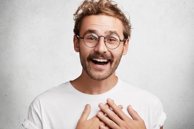 Giovane con barba e occhiali rotondi