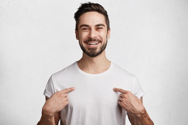 Giovane con barba e maglietta bianca