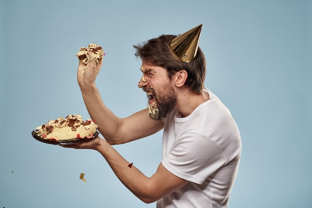 Молодой человек с праздничным тортом на лице