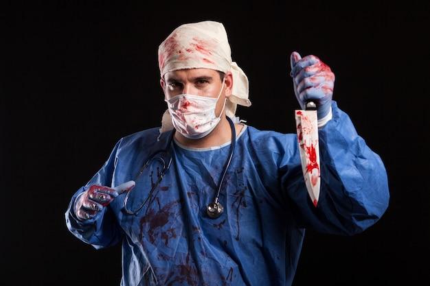 Молодой человек с причудливым лицом с психическим расстройством на хэллоуин. доктор похож на человека с серьезным психическим заболеванием.