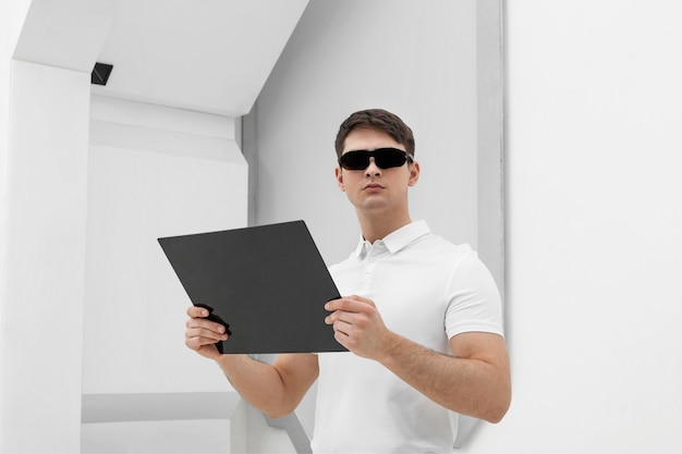 デジタル眼鏡とデジタルを持つ若い男