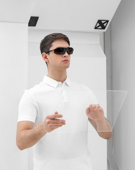 Giovane con occhiali digitali