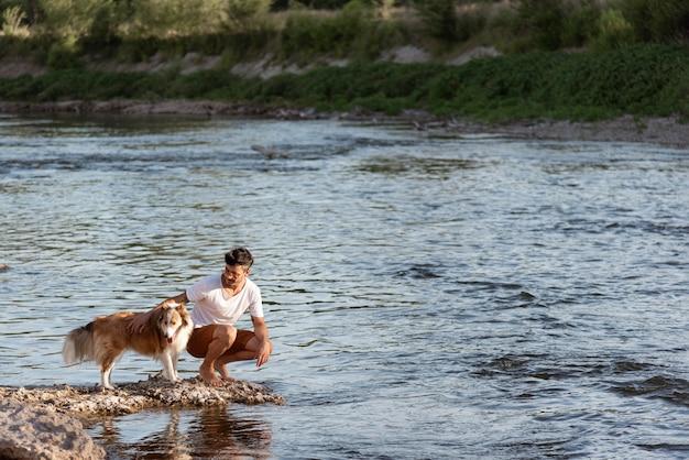 海辺で犬と若い男