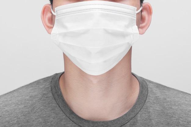 フェイスマスクと若い男