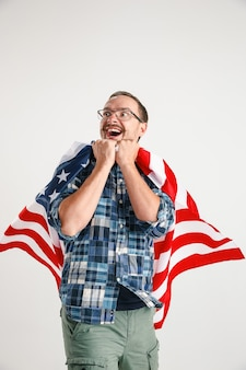 Giovane con la bandiera degli stati uniti d'america