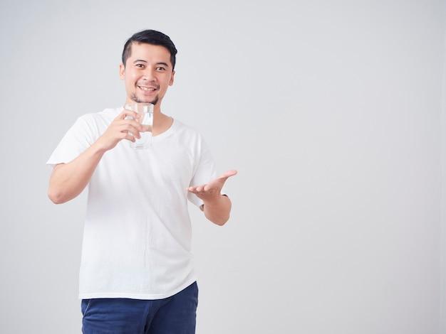 Молодой человек с стаканом воды.