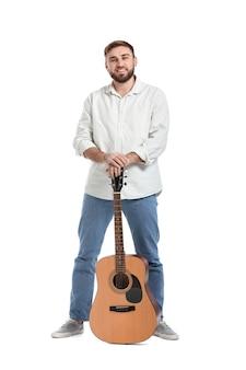 Молодой человек с гитарой на белой поверхности
